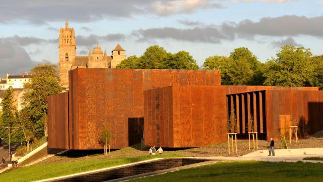 Vue du musée Soulages et cathédrale à Rodez